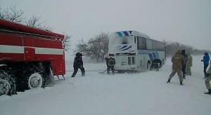 Спасатели вытянули застрявший в снегу автобус